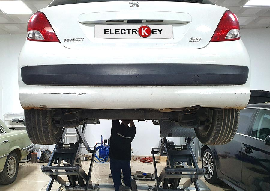 Instalación de la dirección eléctrica del Peugeot 207 reparada en Electrokey