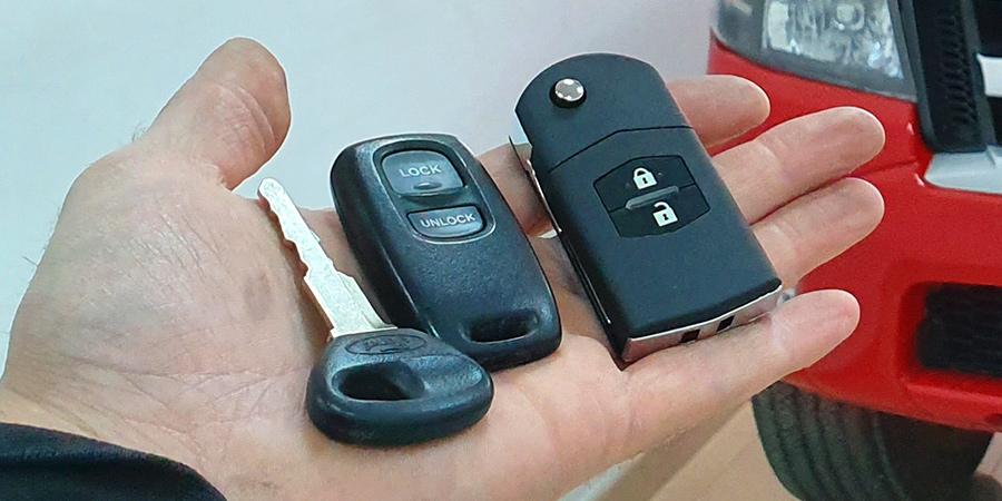 A la izquierda las llaves originales del Ford Ranger, a la derecha la copia con mejora de carcasa realizada en Electrokey